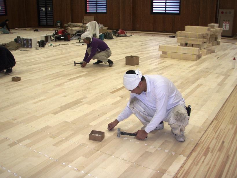 剣道場床改修工事作業中