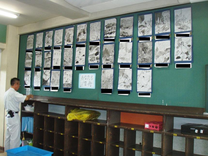 教室背面板とロッカー