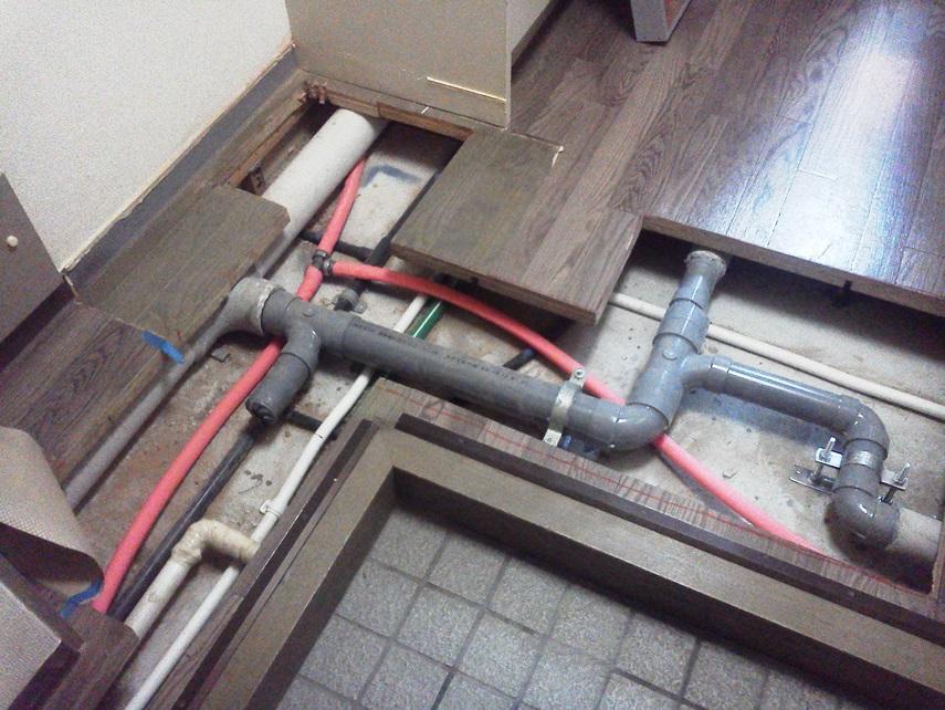 ポリエチレン給湯管に交換排水管切廻し