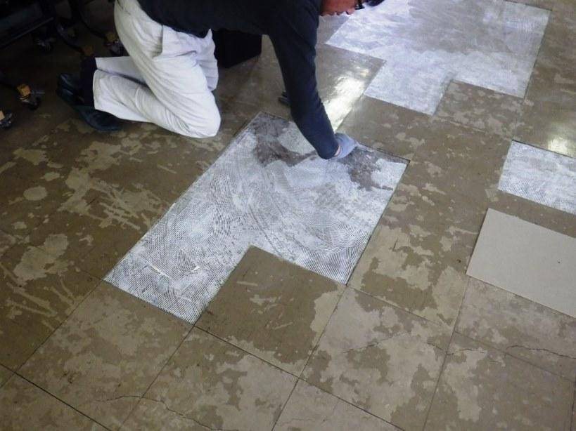 床の修繕 接着剤塗り
