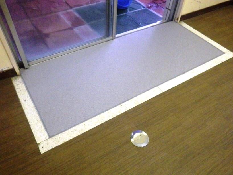 防滑性ビニル床シート